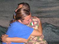 Abbraccio tra crocerossina e militare italiano in Iraq