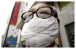 Un cinese si protegge dalla Sars con una mascherina
